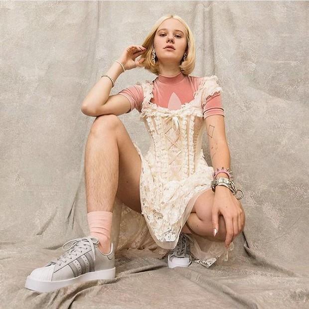 Để nguyên lông chân rậm rạp đi quay quảng cáo Adidas, người mẫu nữ bị công chúng chửi sấp mặt - Ảnh 2.