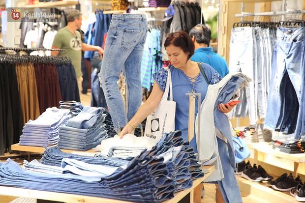 Pull&Bear Việt Nam ngày đầu mở bán: các bạn trẻ đến mua đông đúc ngay từ sáng - Ảnh 3.