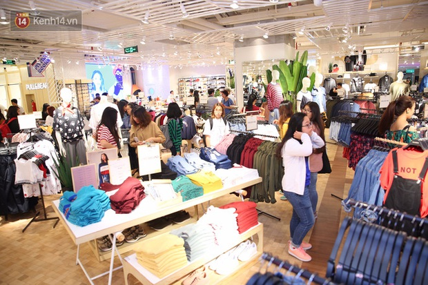 Pull&Bear Việt Nam ngày đầu mở bán: các bạn trẻ đến mua đông đúc ngay từ sáng - Ảnh 4.