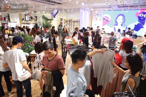 Pull&Bear Việt Nam ngày đầu mở bán: các bạn trẻ đến mua đông đúc ngay từ sáng - Ảnh 5.