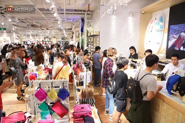 Pull&Bear Việt Nam ngày đầu mở bán: các bạn trẻ đến mua đông đúc ngay từ sáng - Ảnh 7.
