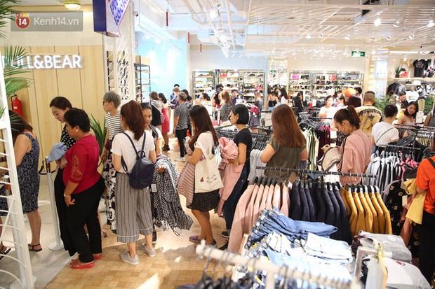 Pull&Bear Việt Nam ngày đầu mở bán: các bạn trẻ đến mua đông đúc ngay từ sáng - Ảnh 9.