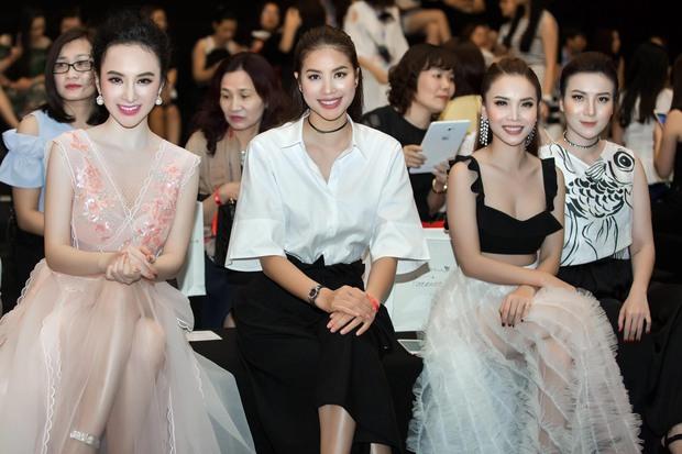 Angela Phương Trinh đối lập với Phạm Hương ngay trên hàng ghế đầu, ai đẹp hơn? - Ảnh 1.