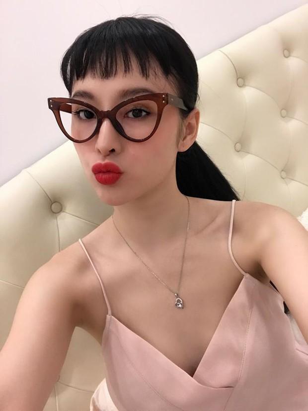Angela Phương Trinh & Quỳnh Anh Shyn thành chị em một nhà vì để tóc mái, đeo kính giống nhau - Ảnh 1.