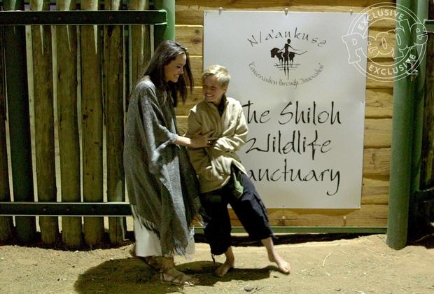 42 tuổi vẫn hồn nhiên mút kẹo cùng các con, Angelina Jolie quả là bà mẹ đáng yêu nhất thế giới! - Ảnh 5.