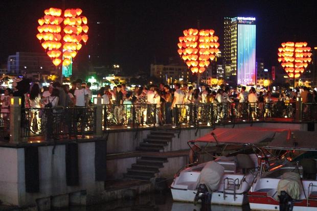 Chùm ảnh: Giới trẻ khắp mọi miền háo hức dạo phố đêm Quốc Khánh 2/9 - Ảnh 19.