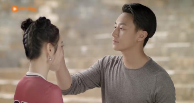 Glee Việt tập 1 mở màn với nụ hôn cháy bỏng giữa Rocker và Angela Phương Trinh - Ảnh 9.