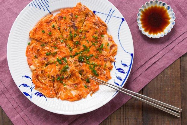 Ở Hàn Quốc, người ta còn có cả một món ăn dành riêng cho trời mưa - Ảnh 2.