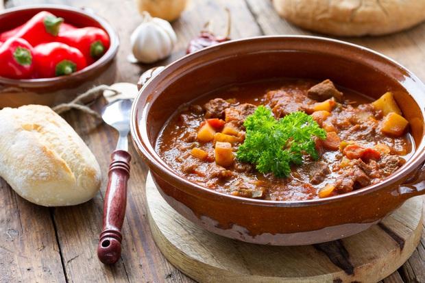 Đổi vị bữa cơm nhà với công thức bò hầm cay nồng từ đất nước Hungary - Ảnh 10.
