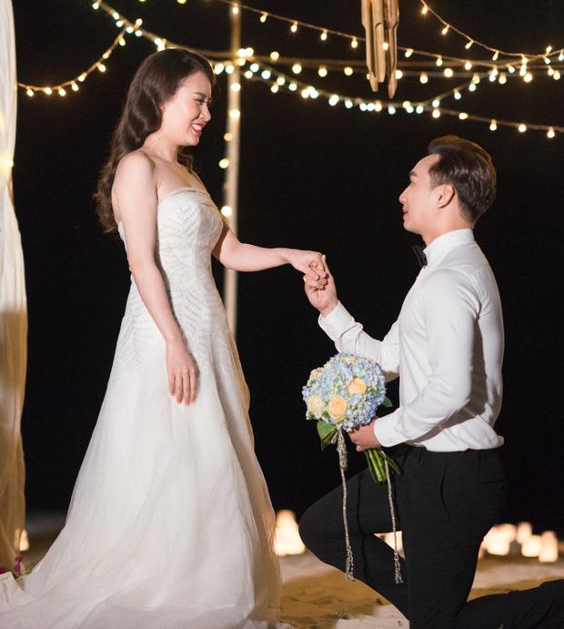 MC Thành Trung quỳ gối cầu hôn bạn gái bên bờ biển lãng mạn - Ảnh 3.