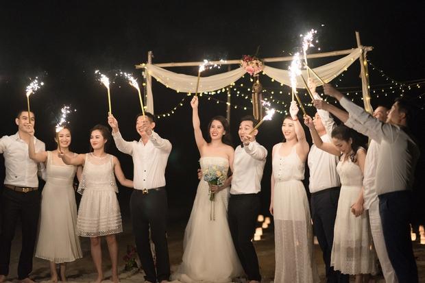 MC Thành Trung quỳ gối cầu hôn bạn gái bên bờ biển lãng mạn - Ảnh 14.