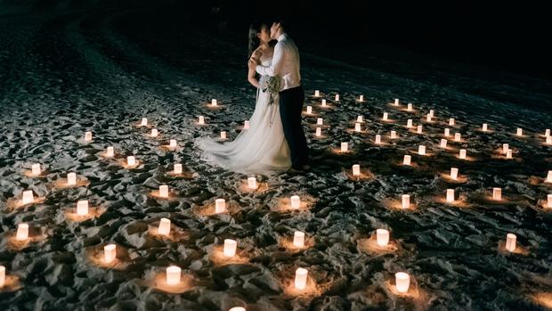 MC Thành Trung quỳ gối cầu hôn bạn gái bên bờ biển lãng mạn - Ảnh 5.
