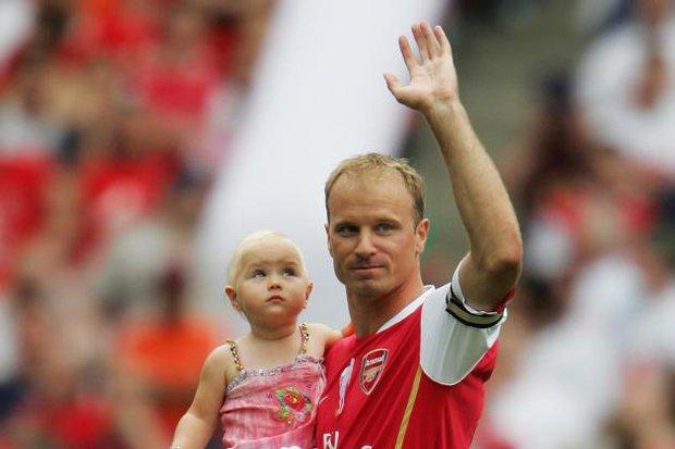 Huyền thoại Dennis Bergkamp: Thiên sứ bóng đá đẹp - Ảnh 1.