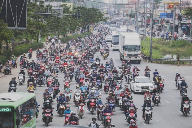 Kết thúc 4 ngày nghỉ lễ, người dân lỉnh kỉnh đồ đạc quay lại Hà Nội và Sài Gòn - Ảnh 23.
