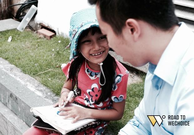 Anh nhân viên ngân hàng dành giờ nghỉ trưa mỗi ngày để dạy chữ cho cô bé vé số ngay trên vỉa hè Sài Gòn - Ảnh 3.