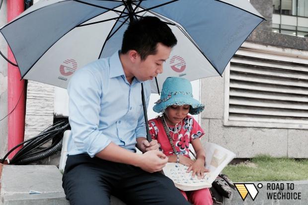 Anh nhân viên ngân hàng dành giờ nghỉ trưa mỗi ngày để dạy chữ cho cô bé vé số ngay trên vỉa hè Sài Gòn - Ảnh 10.