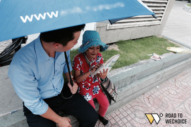 Anh nhân viên ngân hàng dành giờ nghỉ trưa mỗi ngày để dạy chữ cho cô bé vé số ngay trên vỉa hè Sài Gòn - Ảnh 6.