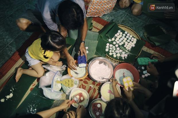 Vui như Trung thu 1992 ở Sài Gòn: Con nít cùng bố mẹ quậy tưng trước khoảng sân treo đầy lồng đèn ông sao - Ảnh 9.