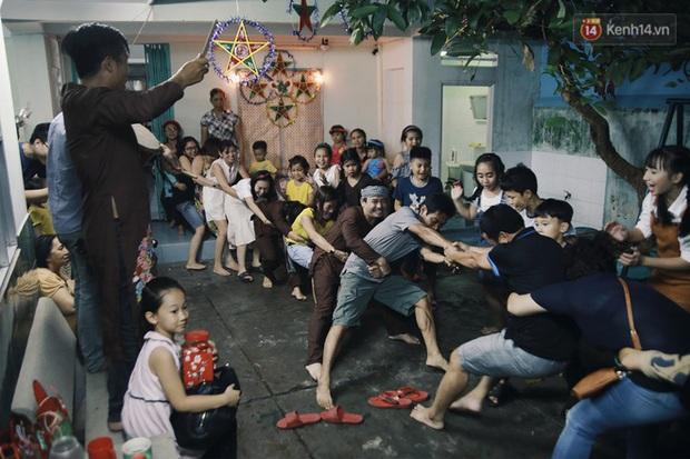 Vui như Trung thu 1992 ở Sài Gòn: Con nít cùng bố mẹ quậy tưng trước khoảng sân treo đầy lồng đèn ông sao - Ảnh 11.