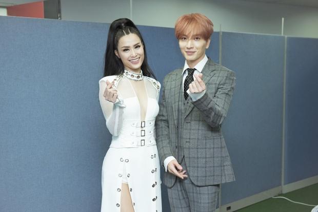Đông Nhi thân thiện, bắt tay khi hội ngộ Leeteuk và Taeyeon tại Asia Song Festival - Ảnh 3.