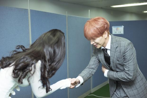 Đông Nhi thân thiện, bắt tay khi hội ngộ Leeteuk và Taeyeon tại Asia Song Festival - Ảnh 2.