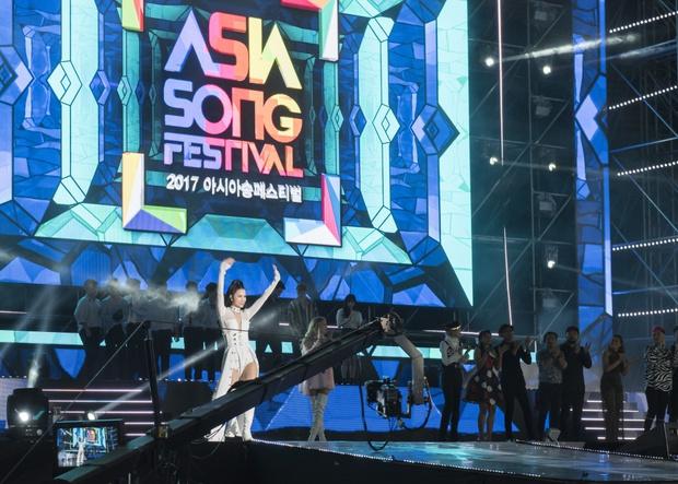 Đông Nhi thân thiện, bắt tay khi hội ngộ Leeteuk và Taeyeon tại Asia Song Festival - Ảnh 8.