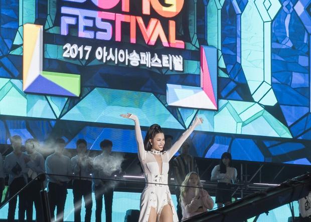 Đông Nhi thân thiện, bắt tay khi hội ngộ Leeteuk và Taeyeon tại Asia Song Festival - Ảnh 9.