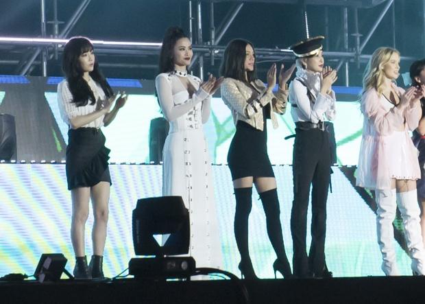 Đông Nhi thân thiện, bắt tay khi hội ngộ Leeteuk và Taeyeon tại Asia Song Festival - Ảnh 4.