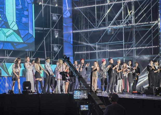Đông Nhi thân thiện, bắt tay khi hội ngộ Leeteuk và Taeyeon tại Asia Song Festival - Ảnh 12.