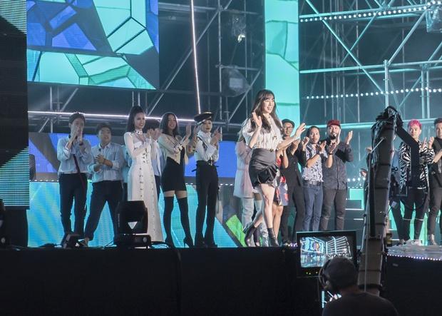 Đông Nhi thân thiện, bắt tay khi hội ngộ Leeteuk và Taeyeon tại Asia Song Festival - Ảnh 13.
