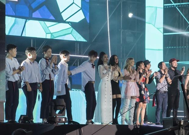 Đông Nhi thân thiện, bắt tay khi hội ngộ Leeteuk và Taeyeon tại Asia Song Festival - Ảnh 14.