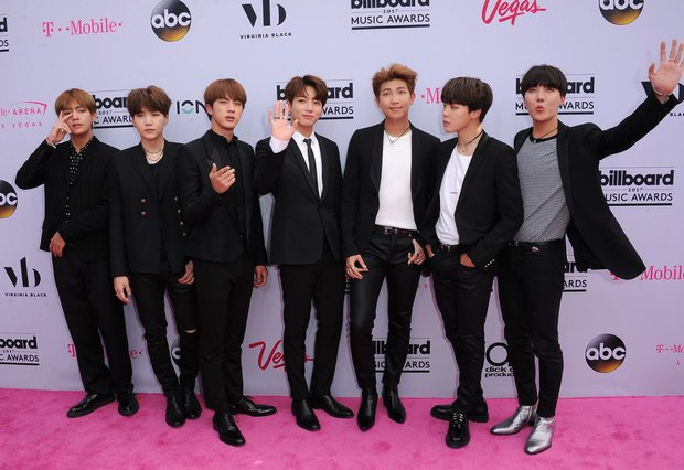 BTS bỗng dưng được Vogue Mỹ khen là nhóm nhạc mặc đẹp nhất Billboard 2017 - Ảnh 3.