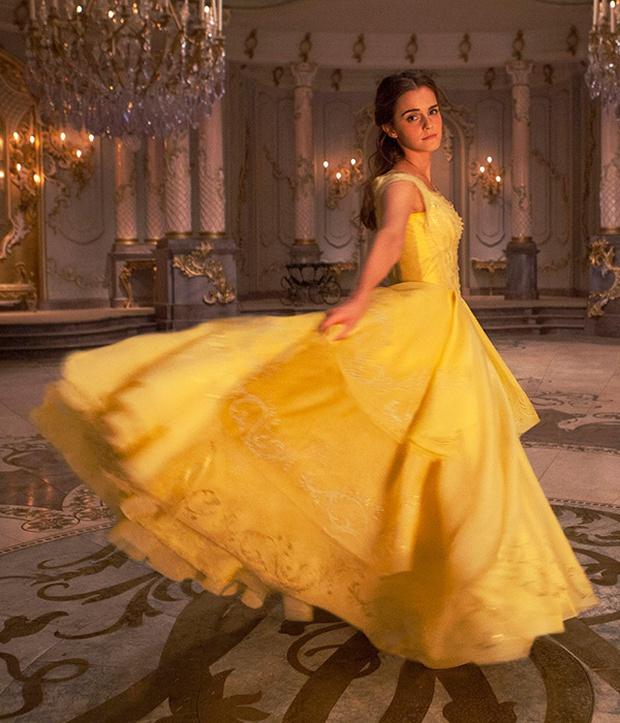 BẠN CÓ BIẾT: Chiếc đầm vàng trong Người đẹp và quái vật được kết từ hơn 2.000 viên pha lê - Ảnh 2.
