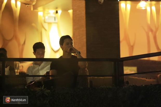 Kim Lý theo Hồ Ngọc Hà ra Hà Nội tổ chức mini show, ngồi một góc ở phòng trà ủng hộ bạn gái - Ảnh 2.