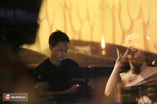 Kim Lý theo Hồ Ngọc Hà ra Hà Nội tổ chức mini show, ngồi một góc ở phòng trà ủng hộ bạn gái - Ảnh 4.