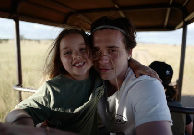 Harper Beckham cực đáng yêu và giống hệt anh trai Brooklyn trong hình ảnh mới - Ảnh 4.
