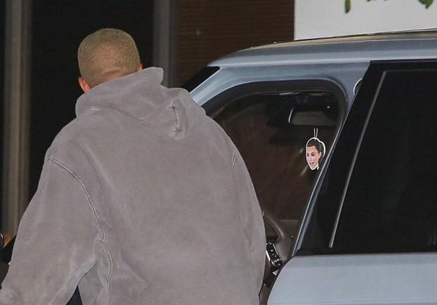 Chỉ việc treo túi thơm hình Kim, Kanye lại khiến dân mạng ngưỡng mộ tình yêu anh dành cho vợ - Ảnh 2.