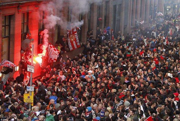 Man Utd diễu hành ăn mừng thoát biệt danh chú Sáu - Ảnh 1.