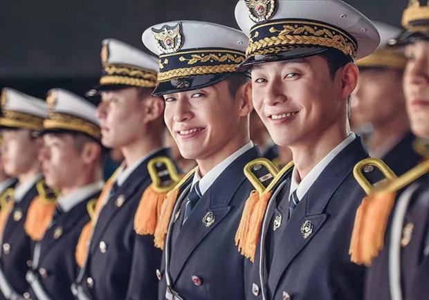 """Park Seo Joon """"cặp"""" Kang Ha Neul, trở thành cảnh sát tập sự """"phá làng xóm"""" - Ảnh 1.  Park Seo Joon cùng Kang Ha Neul, trở thành cảnh sát tập sự """"phá làng xóm"""" c91238301c944076b5ab3c95f9c86e83 th 1501044226782"""