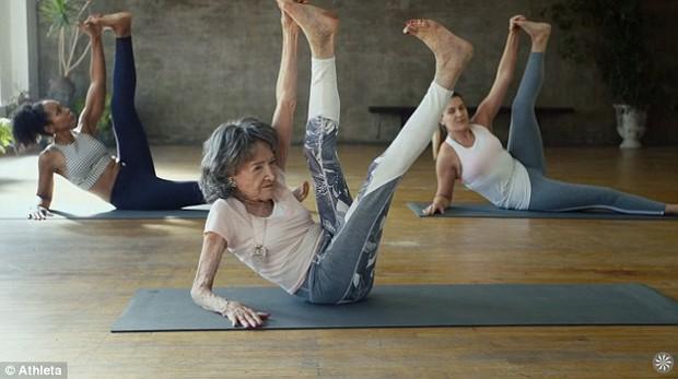 Cụ bà trăm tuổi tập yoga dẻo dai hơn cả thanh niên - Ảnh 4.