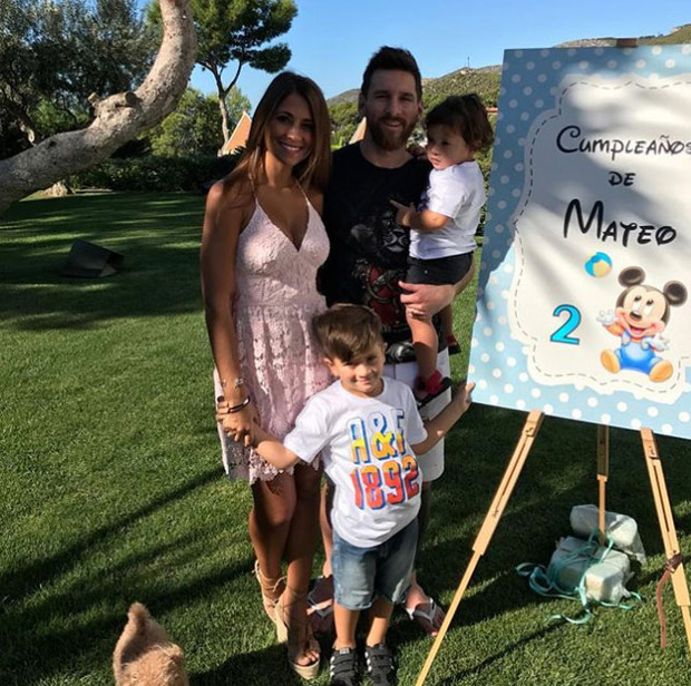 Hai con trai Messi trần trùng trục dễ thương mừng sinh nhật - Ảnh 2.