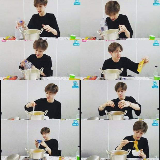 Học lỏm cách nấu món mì tôm siêu hấp dẫn của Mark (GOT7) - Ảnh 1.