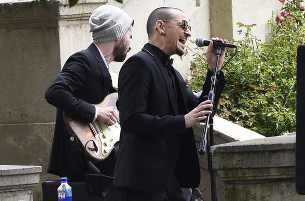 Hé lộ chi tiết về cách Chester (Linkin Park) treo cổ tự tử - giống hệt người bạn thân vừa mất 2 tháng trước