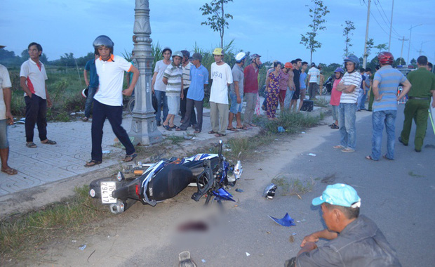 Quảng Ngãi: Chạy xe máy quá nhanh, thanh niên đâm thẳng trụ điện chết thảm - Ảnh 1.