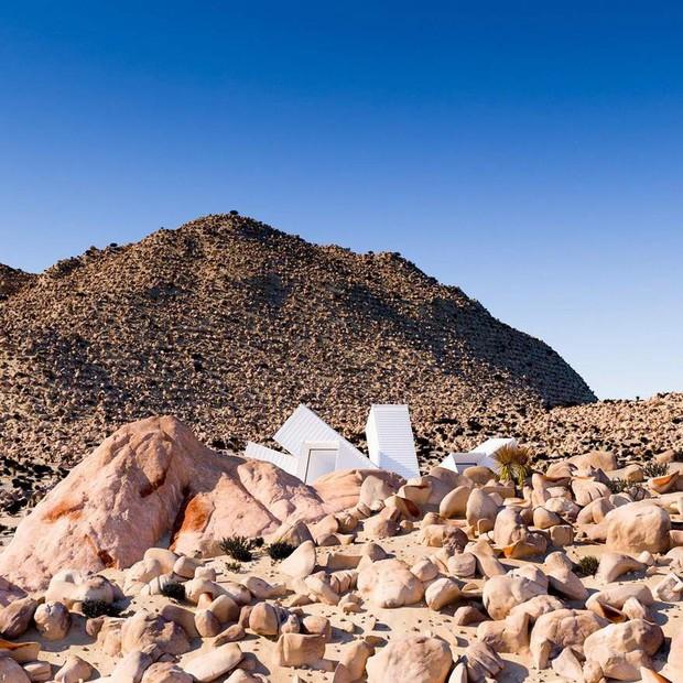 Kiến trúc sư xây nhà tuyệt đẹp giữa sa mạc chỉ bằng container - Ảnh 8.
