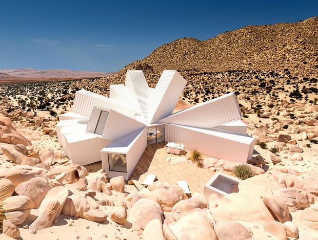 Kiến trúc sư xây nhà tuyệt đẹp giữa sa mạc chỉ bằng container - Ảnh 2.