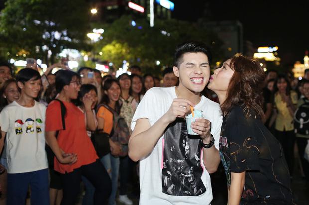 Noo Phước Thịnh cùng rapper Basick làm náo loạn phố đi bộ về đêm - Ảnh 2.