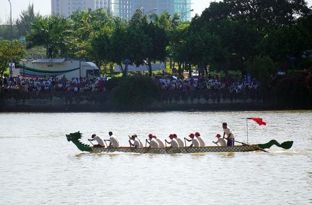 Hàng nghìn người Đà Nẵng đội nắng đổ ra sông Hàn xem đua thuyền ngày 2/9 - Ảnh 4.