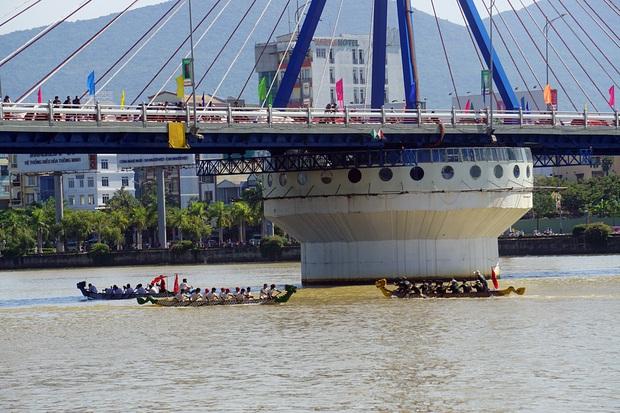 Hàng nghìn người Đà Nẵng đội nắng đổ ra sông Hàn xem đua thuyền ngày 2/9 - Ảnh 13.