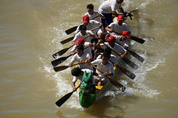 Hàng nghìn người Đà Nẵng đội nắng đổ ra sông Hàn xem đua thuyền ngày 2/9 - Ảnh 9.